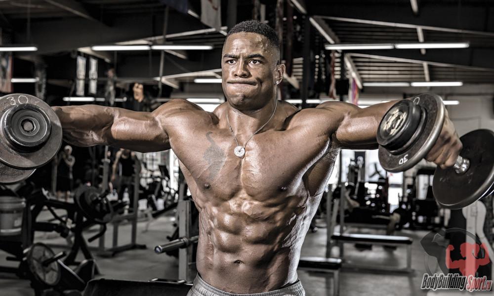 Тренировка плеч в тренажерном зале на массу